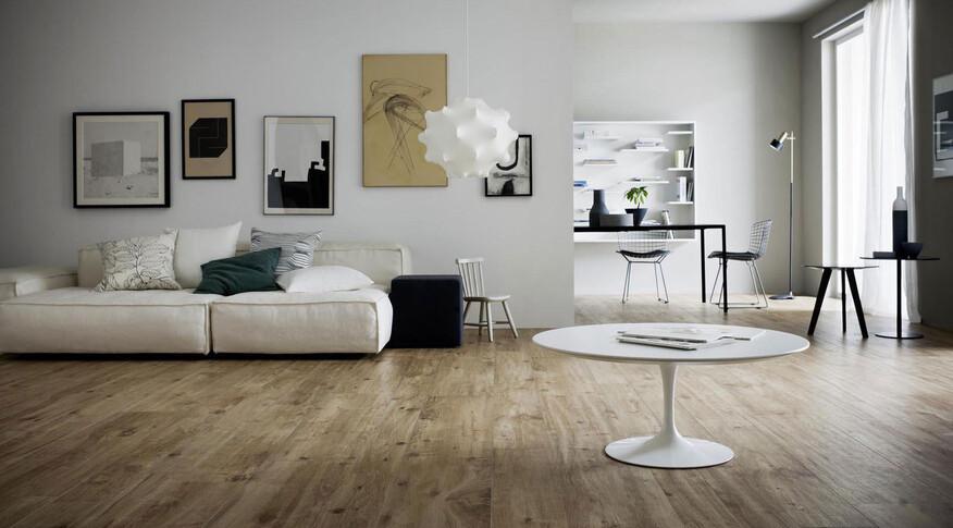 Einfache Reinigung, Langlebigkeit und Robustheit gegen Feuchtigkeit zeichnen Holzoptik Fliesen aus. Im Bild: Marazzi Treverkhome im Format 30x120cm und der Farbe Larice.