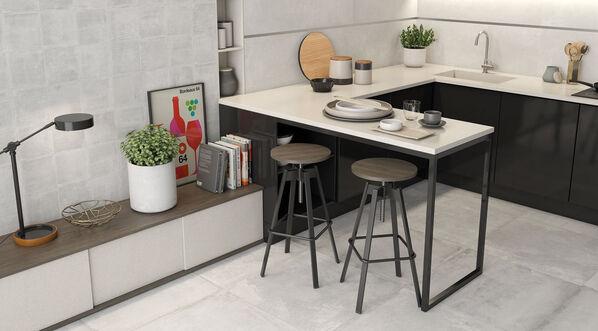 Keraben Rue de Paris verlegt in einer Küche in der Farbe Blanco samt Dekorfliesen Concept Blanco.