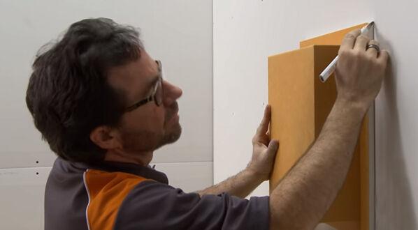 Schlüter KERDIE-BOARD-N - im zweiten Schritt wird das Board an die Wand gedrückt und seine Form nachgezeichnet.