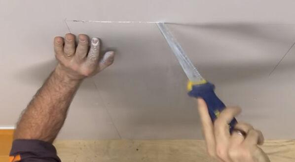 Schlüter KERDIE-BOARD-N - im dritten Schritt wird die zuvor eingezeichnete Form mit einer Wandsäge ausgeschnitten.