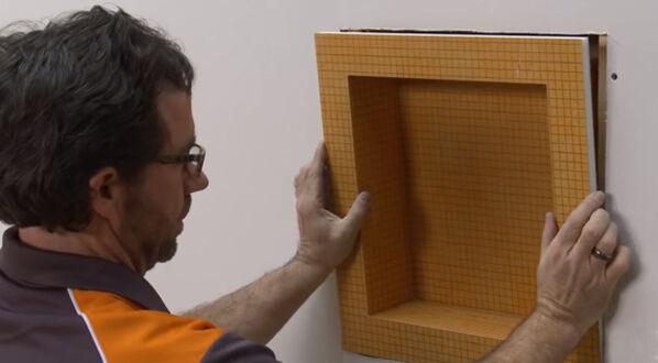 Schlüter KERDIE-BOARD-N - im vierten Schritt fügt man das Board in die ausgesägte Öffnung ein und befestigt es mit sechs Schrauben.