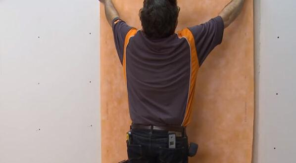 Schlüter KERDIE-BOARD-N - im achten Schritt legst du das Trägervlies an die Mörtelschicht an, die du zuvor angebracht hast.