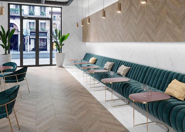 Keraben Lenda verzaubert Ihre Räume mit der besonderen Ästhetik von Holz in Form einer Fliese. Im Bild: Lenda in der Farbe Chevron Nut und im Format 75x150 cm.