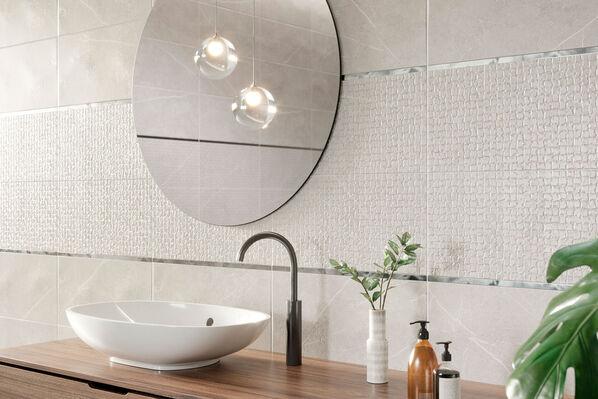 Die besondere Optik von Inari verleiht Ihren Räumen eine zeitlose Eleganz. Im Bild: Inari Pearl Matt. Dekorfliese: Inari Concept Pearl Matt im Format 25x50 cm.
