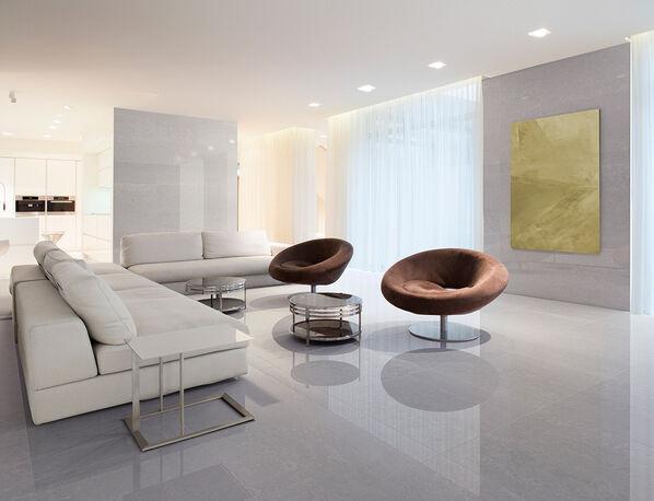 Keraben Evoque erschafft atemberaubende Raumkonzepte in sanften Farben. Im Bild: Bodenfliesen Evoque Gris Brillo im Format 75x75 cm.