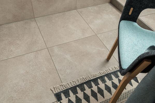 Sanfte Töne und interessante Oberflächen: Das ist das Zeichen der Serie Hudson. Im Bild: Hudson in der Farbe Clay und im Format 60x60 cm.