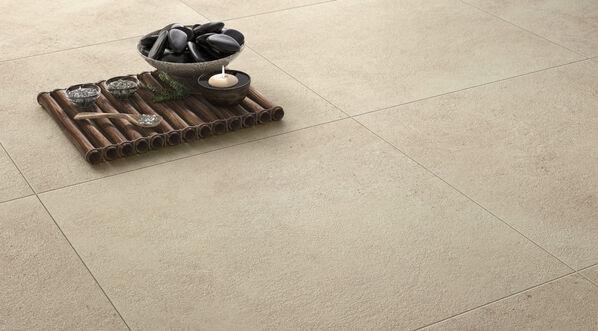 Villeroy und Boch begeistert mit der Serie Hudson in sanften Tönen und erinnert an weichen Sand. Im Bild: Hudson in der Farbe Sand und im Format 60x60 cm.