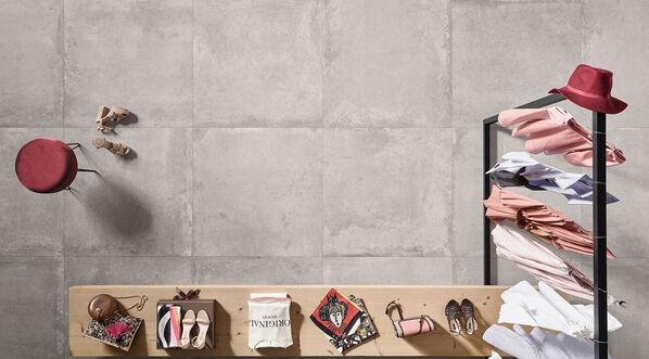 Margres Evoke belebt die alte Geschichte der Betonoptik wieder und interpretiert das minimalistische Design neu. Im Bild: Margres Evoke in der Farbe Lightgrey und im Format 90x90 cm.