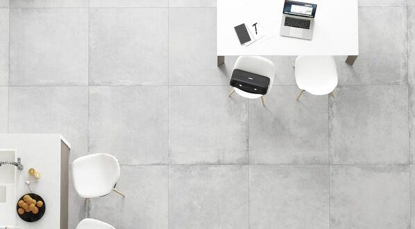 Beeinflussen Sie mit den Farbnuancen das Ambiente in Ihren Räumen selbst! Im Bild: Ceramicvision Block in der Farbe Ice und im Format 90x90 cm.
