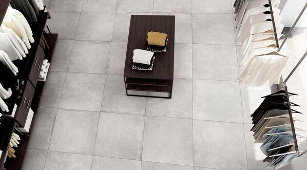 Atemberaubende Betonoptik in Ihrem Zuhause. Im Bild: Ceramicvision Block in der Farbe Powder und im Format 90x90 cm.
