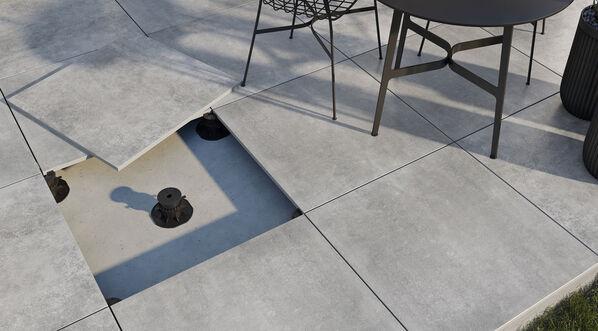 Terrassenplatten können auf unterschiedliche Art und Weise verlegt werden. Im Bild: Verlegung auf Stelzlagern.