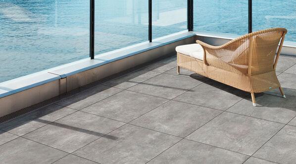 Im Bild: Ceramicvision Newport Outdoor Terrassenplatten in der Farbe Grigio, 60x60x2 cm.