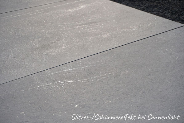 Steinoptik Terrassenplatten mit einem natürlichen Schimmer: Aspen Outdoor Rock Grey, 60x120x2 cm.