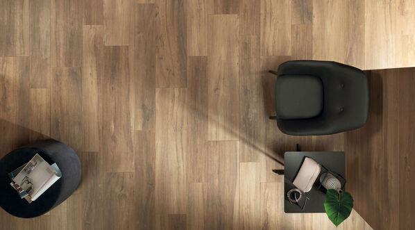 Ceramicvision Silvis begeistert mit einer natürlich-atemberaubenden Holzoptik, die an verschiedene Echthölzer angelehnt ist. Im Bild: Silvis in der Farbe Larice, 20x120 cm, 30x120 cm.