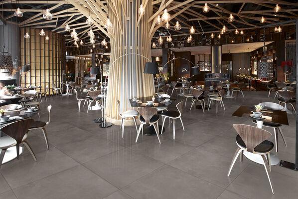 Ein Restaurant, in dem anpolierte Fliesen von Margres Tool in der Farbe Grey verlegt wurden.