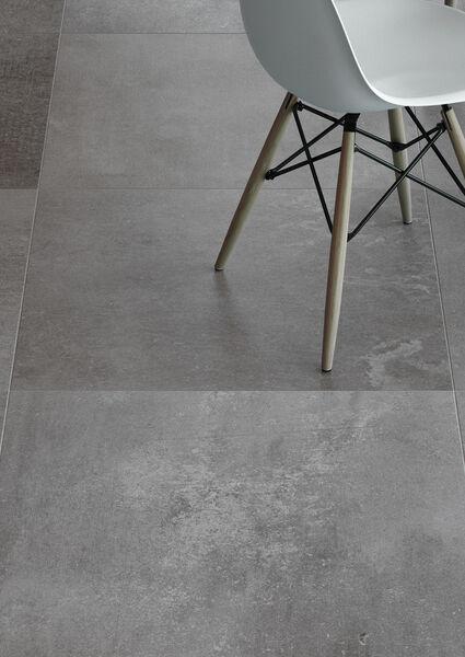 Auf den ersten Blick Beton, auf den zweiten Blick Stein: Der Mix macht die Fliesenoberfläche besonders modern.