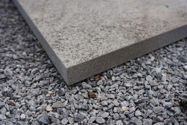 Terrassenplatten in 3 cm Stärke bieten eine höhere Bruchsicherheit und eignen sich hervorragend für die lose Verlegeart.