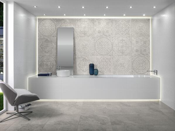 Ein Badezimmer mit einer elegant ausgestatteten Fläche mit Musterfliesen der Serie Villeroy & Boch Townhouse in Hellgrau.