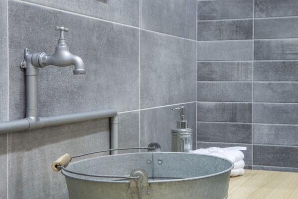 Wandfliesen und Bodenfliesen in Kombination: Keraben Priorat eignet sich hervorragend für das Bad.