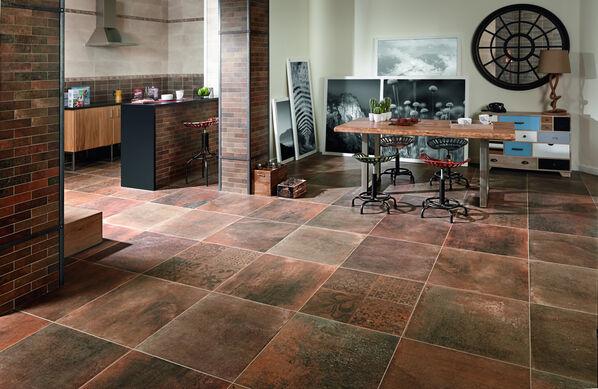 Das komplette Wohnzimmer kann mit Keraben Priorat Wandfliesen und Bodenfleisen verlegt werden.