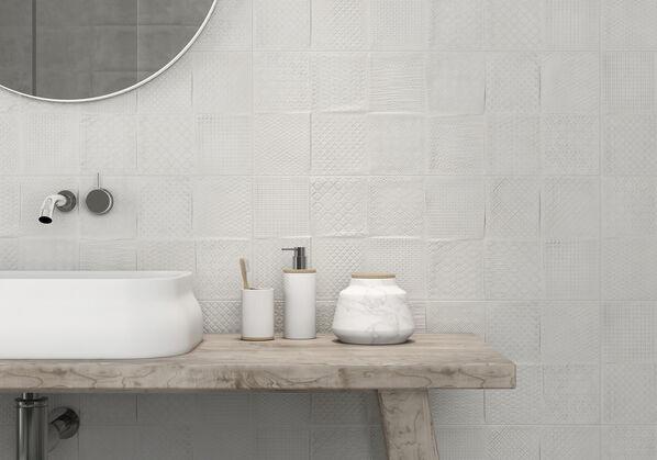 Im Badezimmer wurde die Wand flächig mit den Dekorfliesen Concept von Keraben Remake ausgestattet: Ein besonderes Highlight!