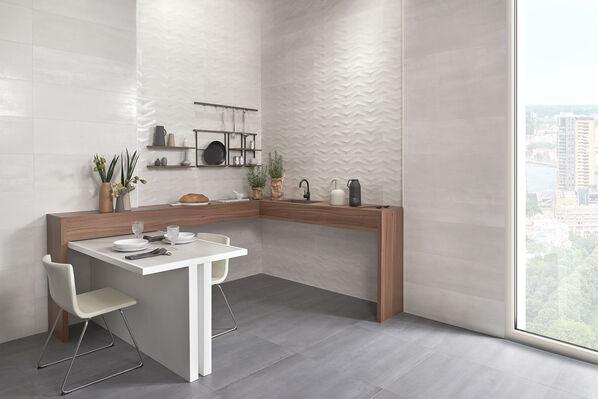 Keraben Elven in der Farbe in Blanco (Wände) harmoniert im Essbereich mit Grafito (Boden).