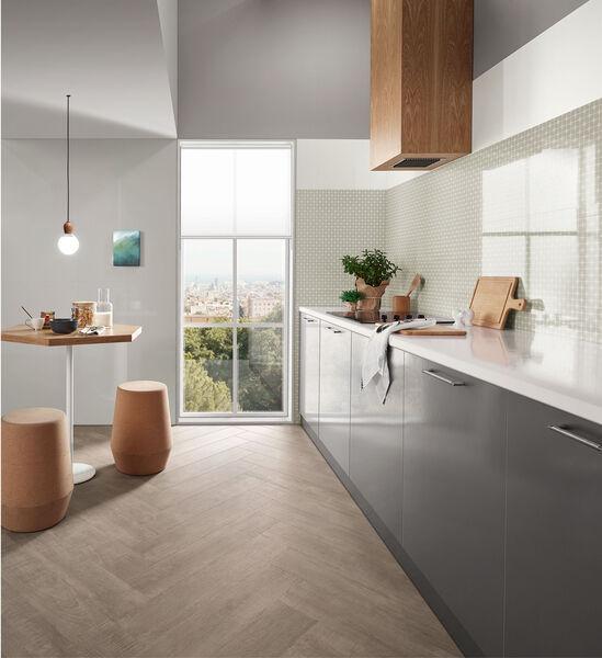 Eine elegante Küche mit hellen Farben der Serie Love Tiles Acqua.