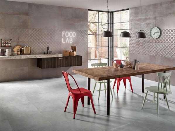 Ein Ess- und Kochbereich, der komplett mit Love Tiles Metallic Iron ausgestattet wurde.