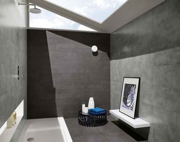 Kräftige Farben sorgen im Badezimmer für ein elegantes Ambiente mit Love Tiles Place in Antracite.