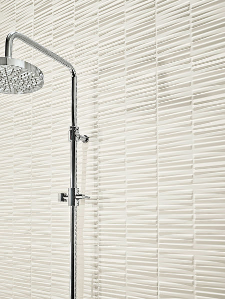 Love Tiles in der Farbe White mit einem besonderen Streifen-Dekor in der Dusche.