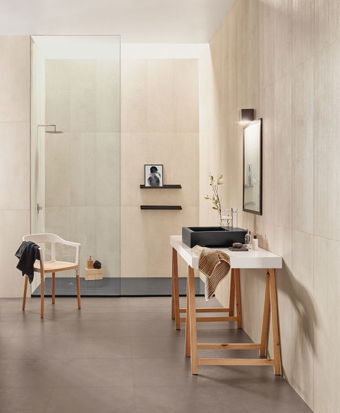Im Badezimmer kann Love Tiles Urban deckenhoch für atemberaubende Wandbilder sorgen.