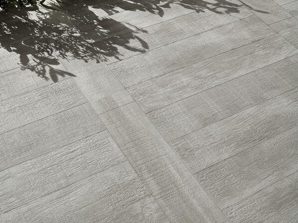 Love Tiles, Wildwood, Light Grey Ein helles grau verleiht dem Raum einen besonders modernen Look, da der Farbton an Beton erinnert.