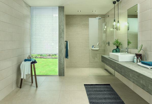 Back Home kann nicht nur dunkel: Das Badezimmer in Beige wirkt offen und einladend.