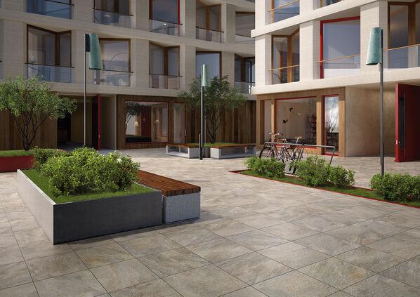Ein Innenhof, ausgestattet mit Fliesen Villeroy & Boch My Earth Outdoor 20 in der Farbe Grau Multicolor.