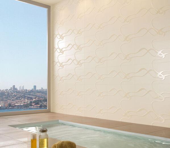 Eine helle, warme Wandfarbe, komplett mit Fliesen Melrose von Villeroy & Boch in Natur ausgestattet.