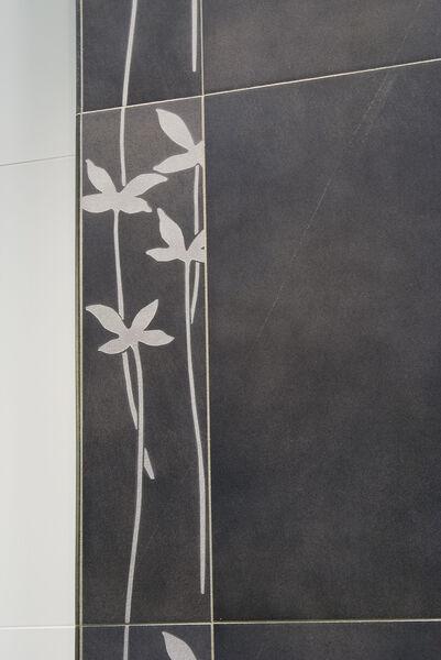 Ein Dekor in Schwarz mit weißen Blumenmustern von Melrose / Villeroy & Boch.
