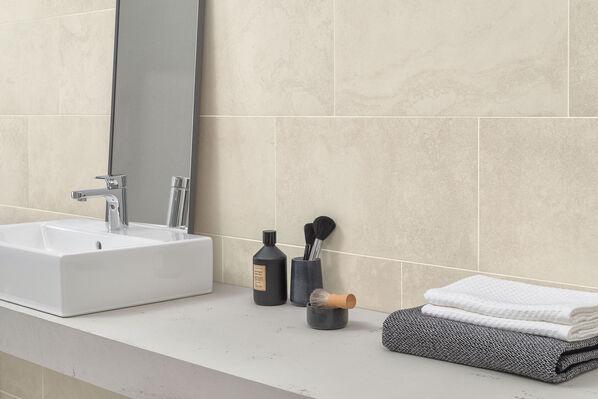 Eine Detailaufnahme der Fliesen hinter den Armaturen im Badezimmer: Mineral Spring Beige von Villeroy & Boch.