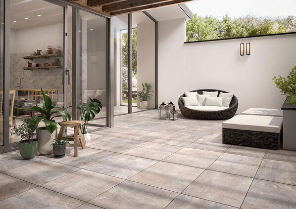 Ein Außenbereich, ausgestattet mit Villeroy & Boch Cadiz Outdoor.