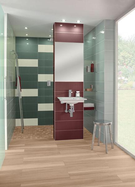 In der Dusche wurden mit Villeroy & Boch Wandfliesen Creative System 4.0 grüne Wandfliesen verlegt und mit warmen Rottönen kontrastiert.