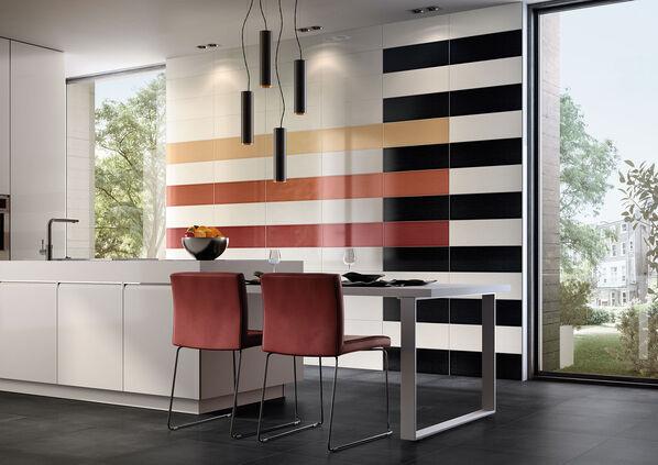 Eine Küche mit einer hohen Wand, die mit den Wandfliesen von Villeroy & Boch Creative System 4.0 ausgestattet wurde.