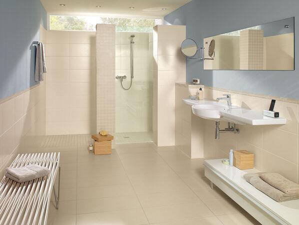 Mit farbigen Wänden in blau macht die Serie Villeroy & Boch Ground Line einen überzeugend erfrischenden Eindruck im Bad.