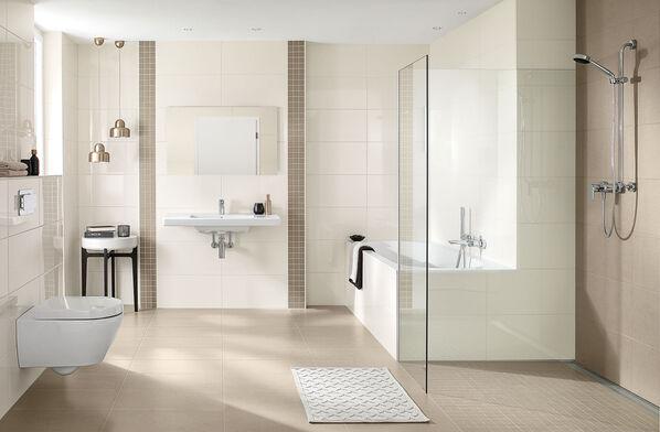 Ein helles Badezimmer, das Fliesen von Villeroy & Boch Ground Line verwendet.