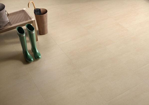 Großflächig und elegant wirkt die Bodenfliesen Serie Lobby von Villeroy & Boch in Dielen, Wohnzimmern oder Badezimmern.