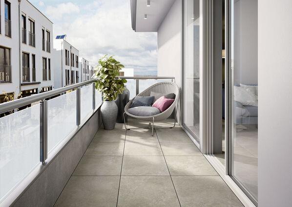 Eine Terrasse mit hellen Bodenfliesen der Serie Villeroy & Boch Mineral Spring Outdoor 20.
