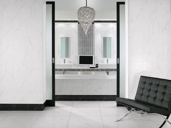 Eine weiße Lobby mit schwarzen Bordüren der Serie Villeroy & Boch New Tradition.