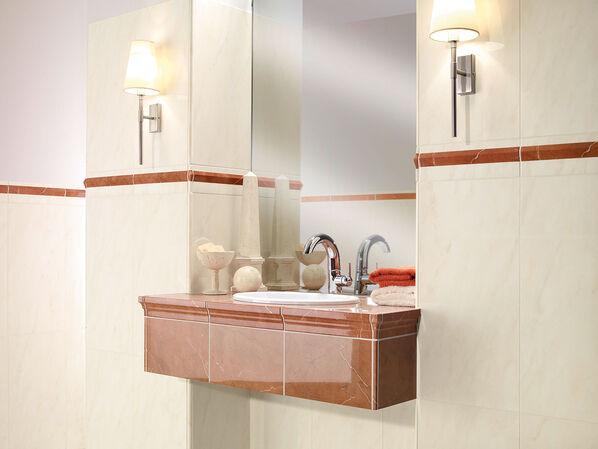 Ein Waschtisch mit hellen Fliesen und der Rosso Bordüren von Villeroy & Boch New Tradition Wandfliesen.