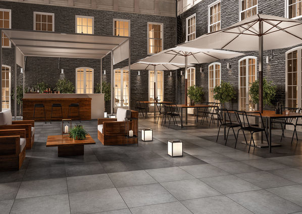 Der Außenbereich eines Cafés mit Terrassenplatten der Serie X-Plane Outdoor 20 von Villeroy & Boch.