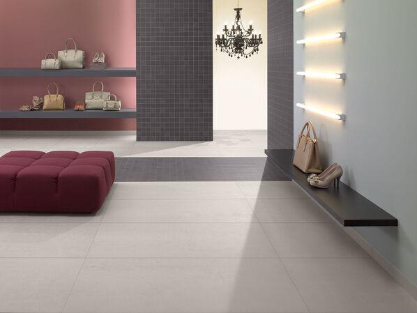 Ein großes Wohnzimmer mit natürlichen Farben der Serie Pure Line von Villeroy & Boch.