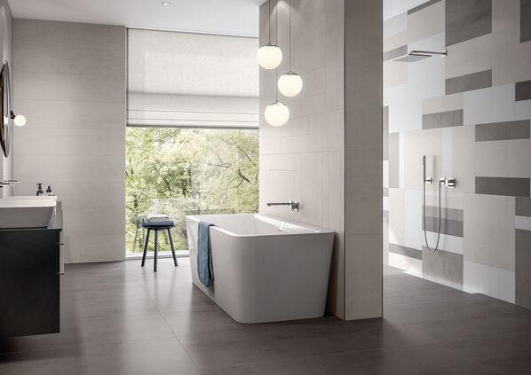 Ein Badezimmer, das mit Villeroy & Boch Pure Line komplett ausgestattet wurde.