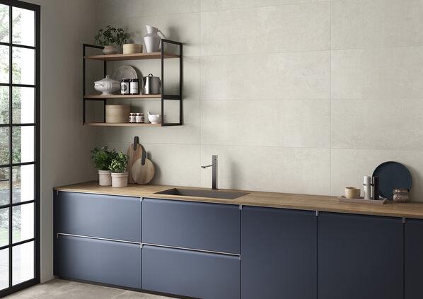 Mir frischen Farben kombiniert, wie hier mit blauen Küchenschränken, wirkt Atlanta skandinavisch-modern. Eine klassische Fliese, die individuelle und doch zurückhaltende Wand- und Bodenflächen erzeugt.